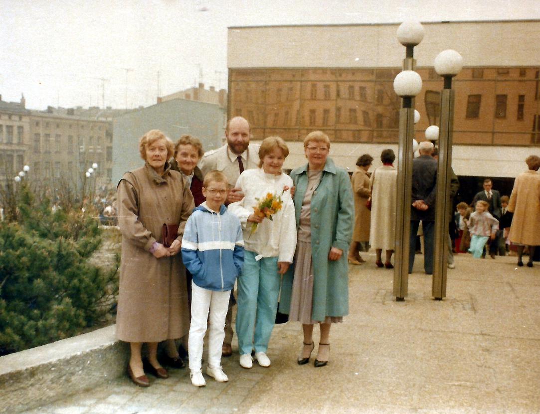 Meine Jugendweihe - Familie vorm Volkstheater Rostock